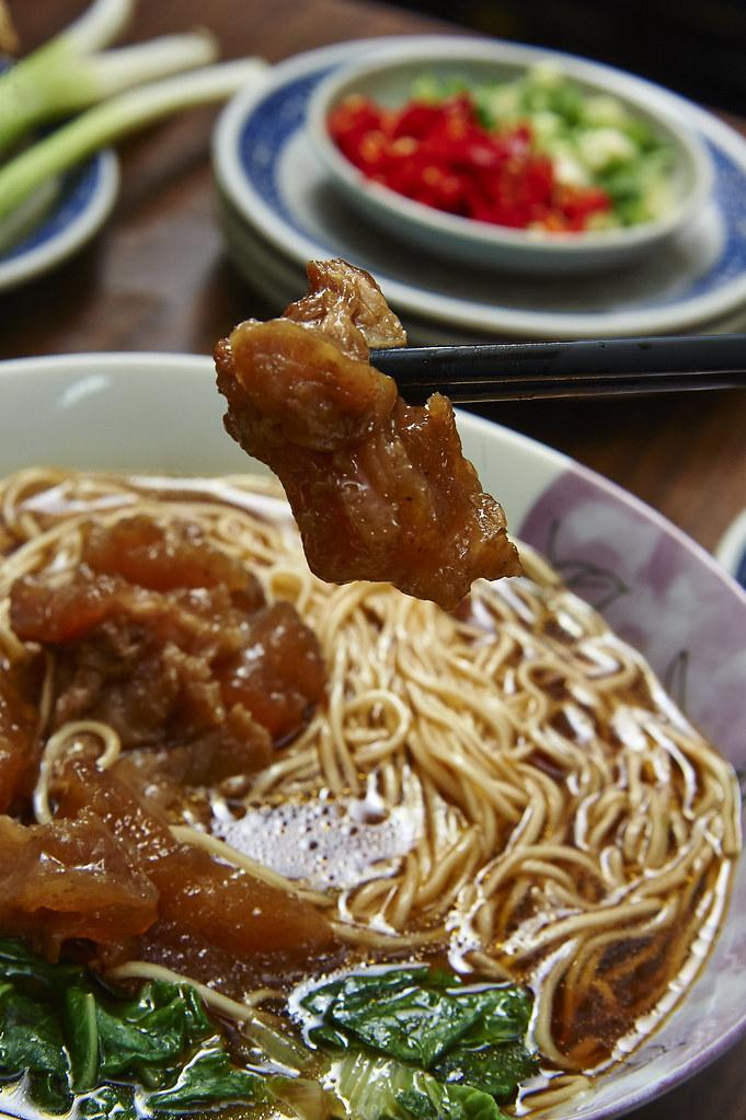 不論藍綠,只問牛肉-全台灣最好吃的高雄小王牛肉麵,連王永慶、郝龍斌、陳菊都說讚!_牛筋麵