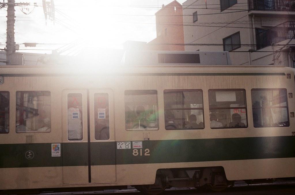広大附属学校前 広島 Hiroshima 2015/09/01 太陽與電車,應該要在等太陽再低一點才是,這樣光會從窗戶透過來 ...  Nikon FM2 / 50mm AGFA VISTAPlus ISO400 Photo by Toomore