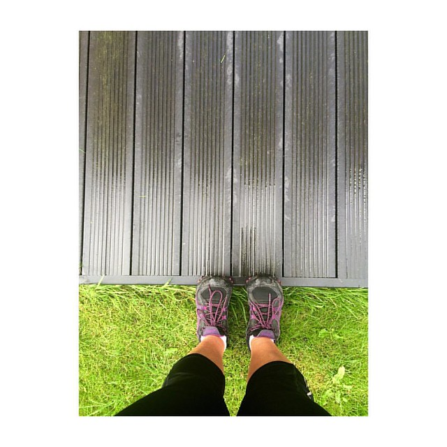 Stretching is obligatory after a run ! Even when it is raining... Love Kathleen #blog #thegoodthefabandthelovely #blogger #fitness #jogging #running #morning #morningrun #sunday #sundaymorning #stretching