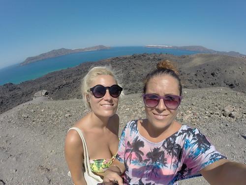 Turiste affaticate sul Vulcano di Santorini