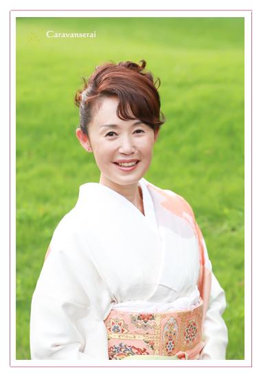 プロフィール写真 西牟田早苗 Tane Cafe(タネカフェ)オーナー 愛知県瀬戸市 着物 和装 屋外 グリーン 森林公園