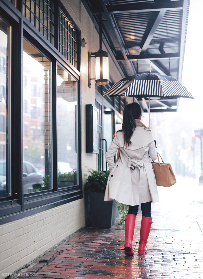 rainy day outfit trench coat hunter boots2