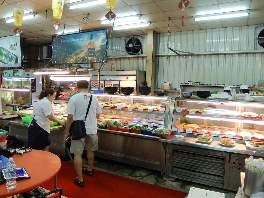 這邊已經有基準的菜色了,像是鵝肉,鹽酥珍珠蟹等,也可以看著海產跟老闆點