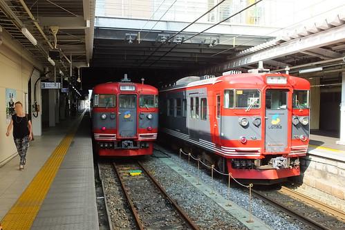JR信越本線を通じて長野駅まで乗り入れ、北しなの線の列車と並ぶ。電車は旧国鉄115系が使われている(2020年以降、置き換えられる予定)