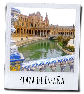 De plaza de España in Sevilla staat vol gekleurde zuilen die bekleed zijn met de typische Andalusische tegels in prachtige kleuren en motieven