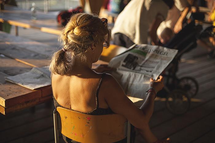 Speisekino auf der Terrasse im Sonnenuntergang in Berlin