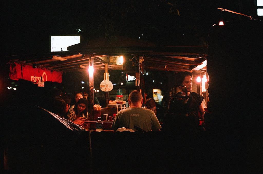 中洲屋台 福岡 Fukuoka 2015/09/02 老闆很豪邁,我在旁邊等很久,想等他甩麵的畫面,可是點餐的人點很久,我就暫時先跳過。  Nikon FM2 / 50mm AGFA VISTAPlus ISO400 Photo by Toomore