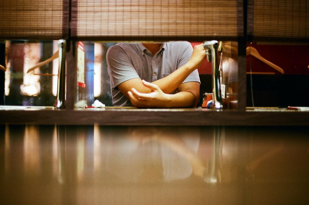 一蘭拉麵 福岡 Fukuoka  #OnTheEdge 2015/09/02 最後我跑來吃一蘭拉麵,但真的就還好,我只是有點忘記味道,所以來吃看看。  Nikon FM2 / 50mm AGFA VISTAPlus ISO400 Photo by Toomore