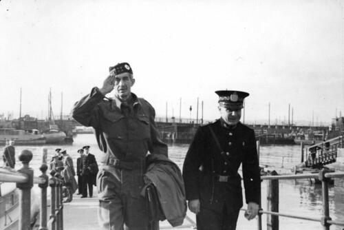 Skotsk infanterioffiser ankommer Ravnkloa (1945)
