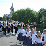 Die Kindergruppe war auch bei der Dorfgeburtstagsfeier dabei, allerdings hinten bei der Blaskapelle. Die vorderen Ränge gehörten den schmucken Kirchweihtrachten.