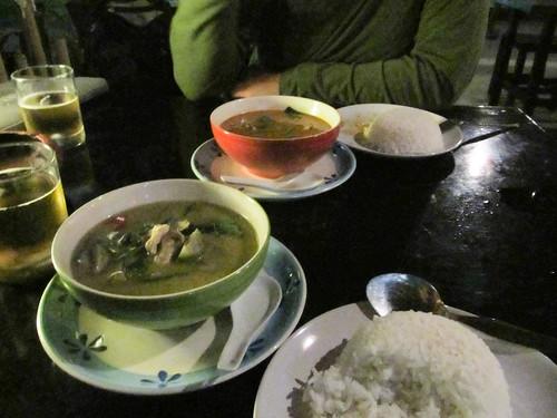 Chiang Rai: un curry rouge de poulet pour Mister J et un curry vert de poulet pour Miss V. Enfin un curry épicé en Thaïlande!