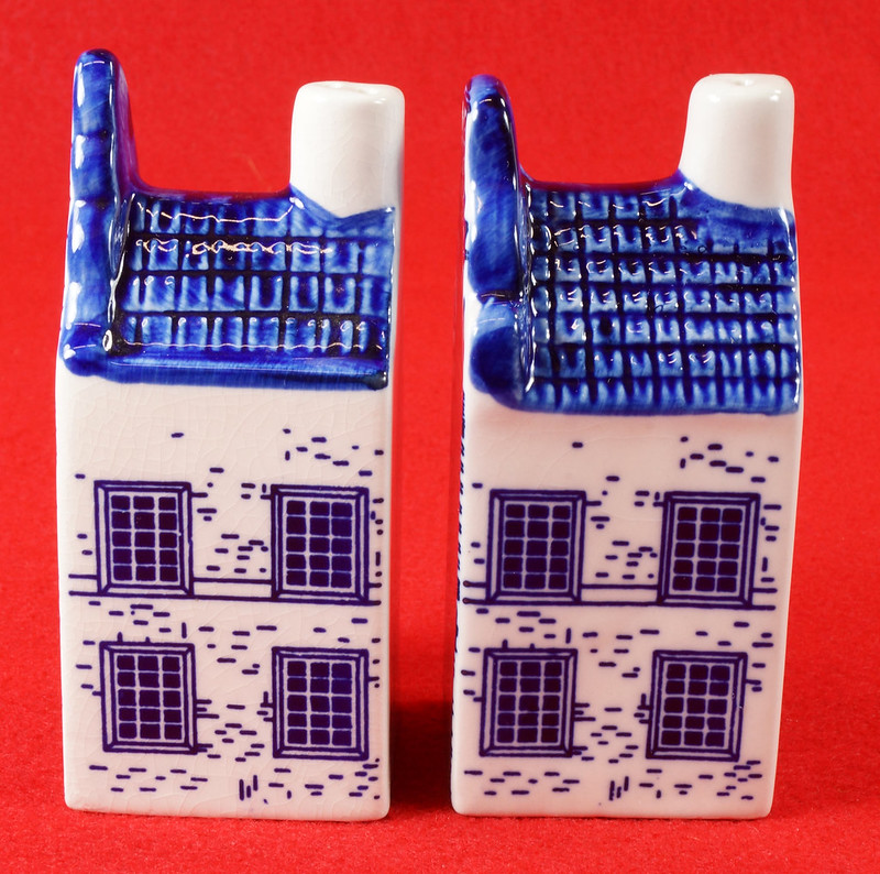 RD9063 Delft Blue ELESVA CANAL Ceramic House Set of 2 Classic Vintage Salt Pepper DSC08461