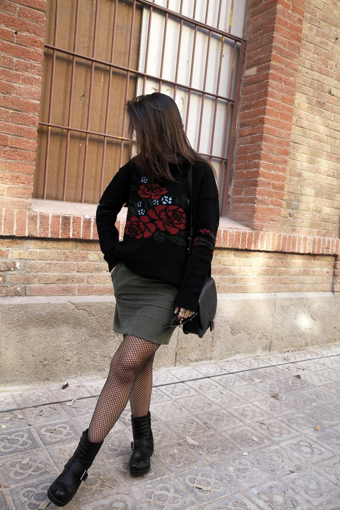 06_Flowers_sweater_streetstyle_barcelona_with_RÜGA