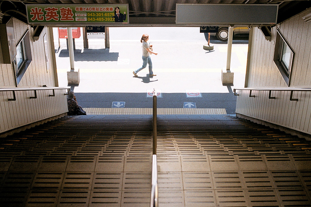 "京成佐倉駅 Keisei-Sakura 2015/08/05 從成田機場來到這裡第一站,一個下階梯的場景。  Nikon FM2 / 50mm Kodak ColorPlus ISO200  <a href=""http://blog.toomore.net/2015/08/blog-post.html"" rel=""noreferrer nofollow"">blog.toomore.net/2015/08/blog-post.html</a> Photo by Toomore"
