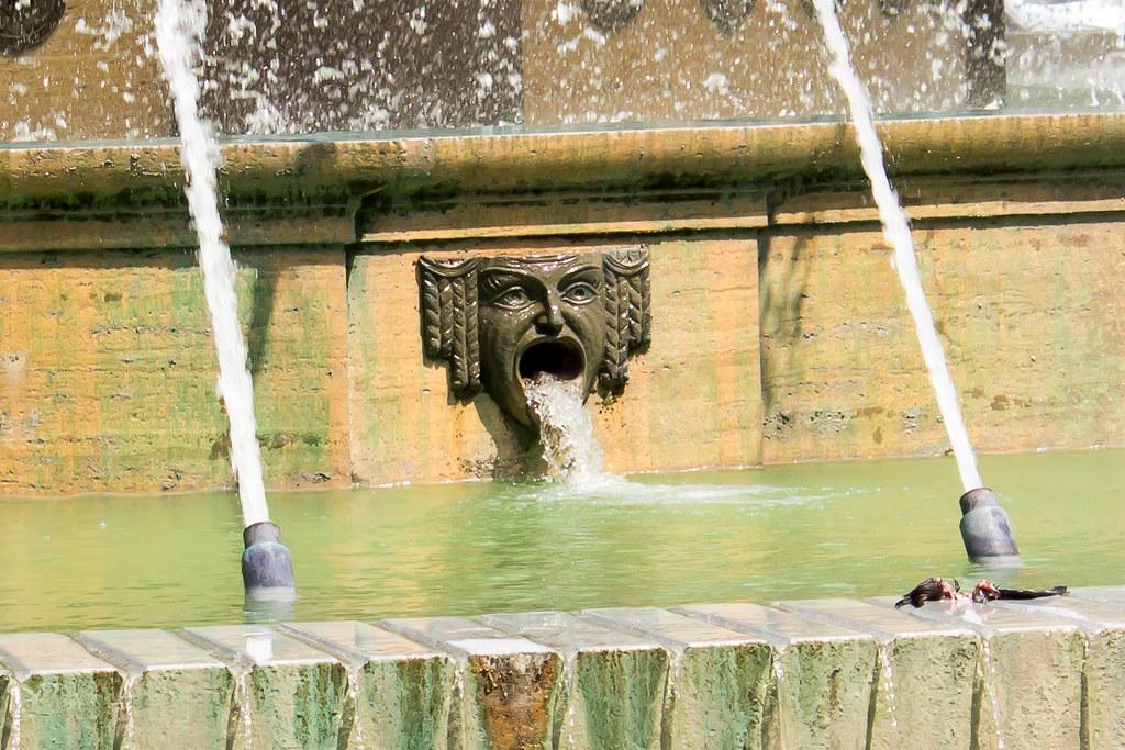 Генуя - Воды фонтана стремятся в том числе из ртов неких мужчин :)