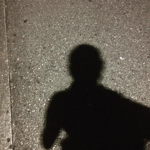 影でも坊主であることがわかる。
