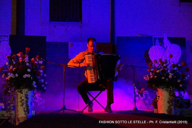 Grande successo per la seconda edizione di Fashion sotto le stelle-Il fisarmonicista Marco Pasculli