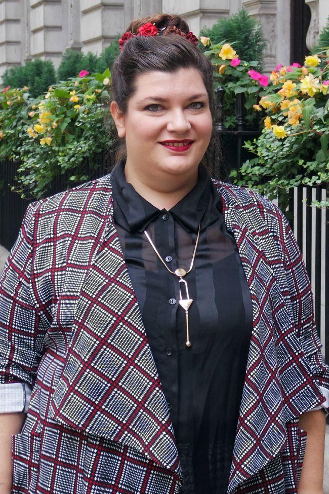 Outfit bianco nero e borgogna (4)
