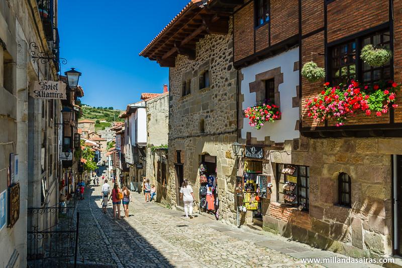 Fotoresumen de Santillana: Balcones con flores, piedra y montañas verdes al fondo!
