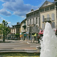 Exploring the  heart of the town, hunting high and low for a SIM card (prepaid SIM cards are sooooooooo expensive in France! 40 Euros for 500mb data...  😭 Too bad, Lebara doesn't exist in this part of the country), buying French products like Avene an