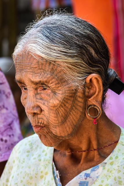 Chin vrouwen. De gezichten getatoeerd met een spinnewebpatroon. Alleen de oudere vrouwen hebben dit nog.