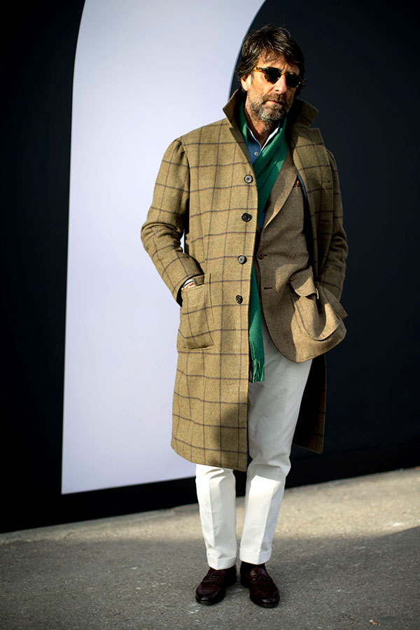 オリーブウィンドペンコート×オリーブジャケット×緑マフラー×白パンツ×ブラウンローファー