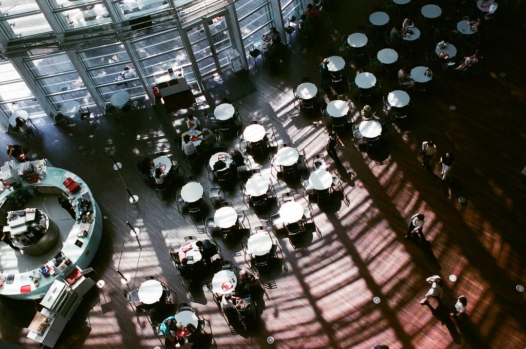 國立新美術館 Tokyo, Japan / AGFA VISTAPlus / Nikon FM2 這是我第一次來到國立新美術館,沒想到這裡很美,記得那時候出發前有看到一些朋友拍過這裡的照片,但自己親自抵達後,才能真正感受到。  下午的時候,陽光就這樣打落下來,很悠閒的下午、靜靜的下午。  我在館內慢慢的逛一圈,盡可能把光影拍起來!  Nikon FM2 Nikon AI AF Nikkor 35mm F/2D AGFA VISTAPlus ISO400 0998-0035 2015-10-03 Photo by Toomore