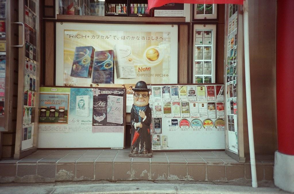 橫濱 Yokohama, Japan / Fujifilm 500D 8592 / Lomo LC-A+ 在橫濱中華街走走時,看到路邊有一個很異國的木偶,仔細看店家,是一間日本街頭常見的香煙店。  或許是只有在賣各式的洋煙吧!  不過橫濱本來就有一點點異國的氛圍,不像日本的感覺!  Lomo LC-A+ Fujifilm 500D 8592 7394-0038 2016-05-21 Photo by Toomore