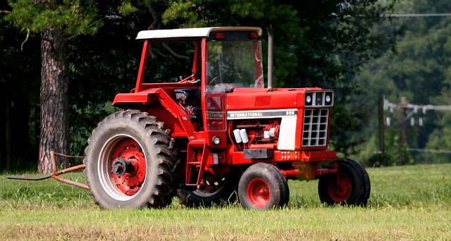International Harvester 986 Tractor : International tractor parked in a field flickr
