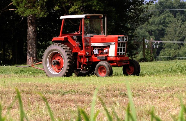 International Harvester 986 Tractor : International tractor idle in the field flickr