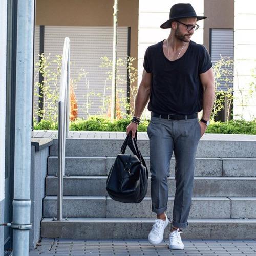 無地黒Tシャツ×グレースラックス×白ローカットスニーカー