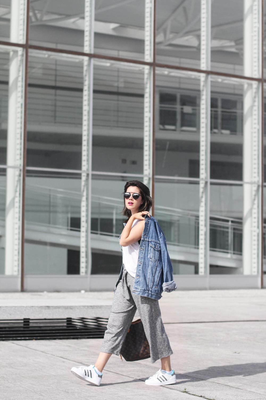 culottes gris deportivo con adidas superstar y chaqueta denim oversize look