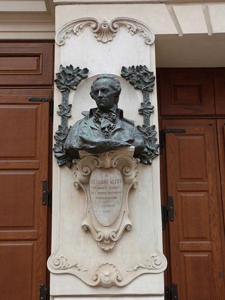 À Vittorio alfieri