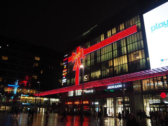 PB202247, jouluhkiPB212457, joulu, hki, helsinki, stocka, stockmann, espa, espan puisto, christmas, valot, lights, koristeet, koristelut, rakennukset, buildings, esplanadi, esplanadin puisto, kuusi, christmas tree, kävle, walking, stroll, ilta, iltakävely, night stroll, evening stroll,  kamppi, kauppakeskus kamppi,