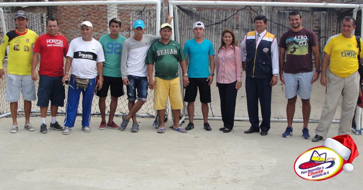 GADM Chone entrega arcos a la comunidad Camilo Giler
