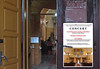Kircheneingang mit dem Plakat für das Konzert.