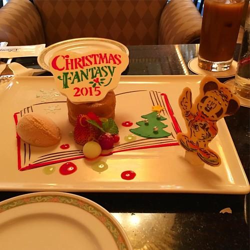 ディズニーアンバサダーホテルの「クリスマス・ファンタジー」デザートセット。リンゴのタタンとキャラメルアイスクリーム。いろいろ隠れてる!ぜひご自身で体験を。#tw