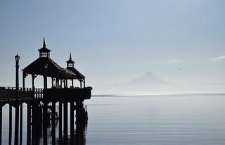 Vue sur le ponton de Frutillar et le volcan Osorno