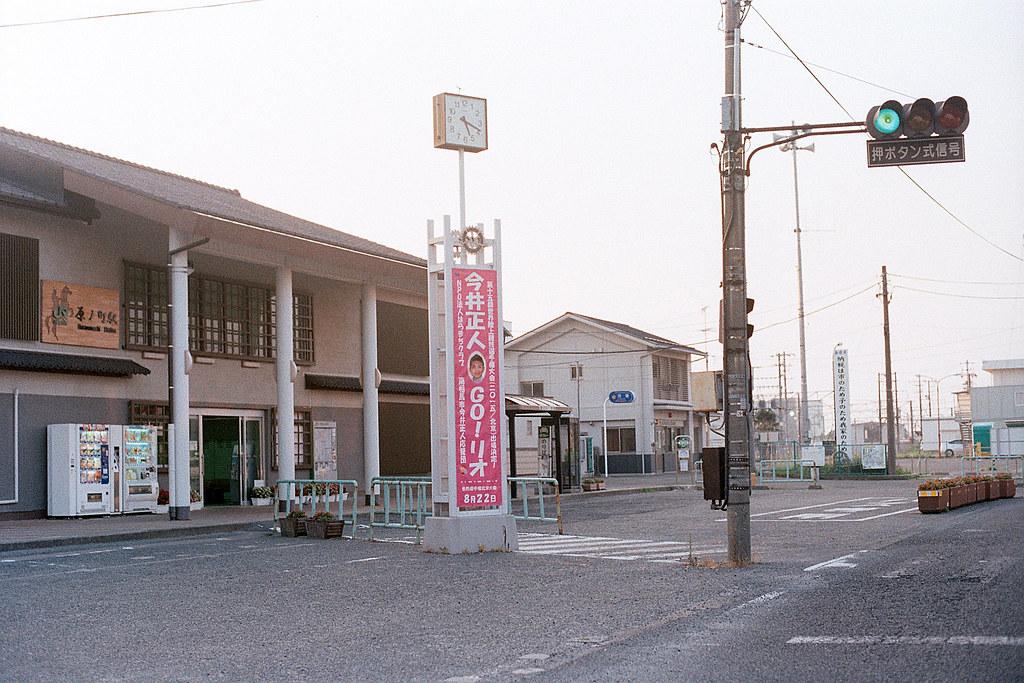 """原ノ町駅 2015/08/07 從竜田駅搭接駁車過來原ノ町的那個晚上,我把這小鎮的旅館都詢問了一遍,全部都客滿的,所以我是睡在車站附近圖書館的椅子上。隔天早上天一亮我就起來等最早一班車繼續往北。  Nikon FM2 / 50mm Kodak ColorPlus ISO200  <a href=""""http://blog.toomore.net/2015/08/blog-post.html"""" rel=""""noreferrer nofollow"""">blog.toomore.net/2015/08/blog-post.html</a> Photo by Toomore"""