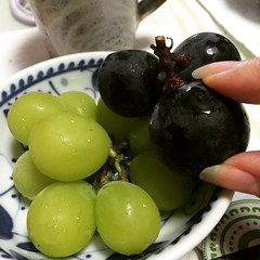 shine muscat(left) has a different sweetness than the seedless pione(right) both are delicious!  #grapes #japan #葡萄 #ピオーネ #シャインマスカット
