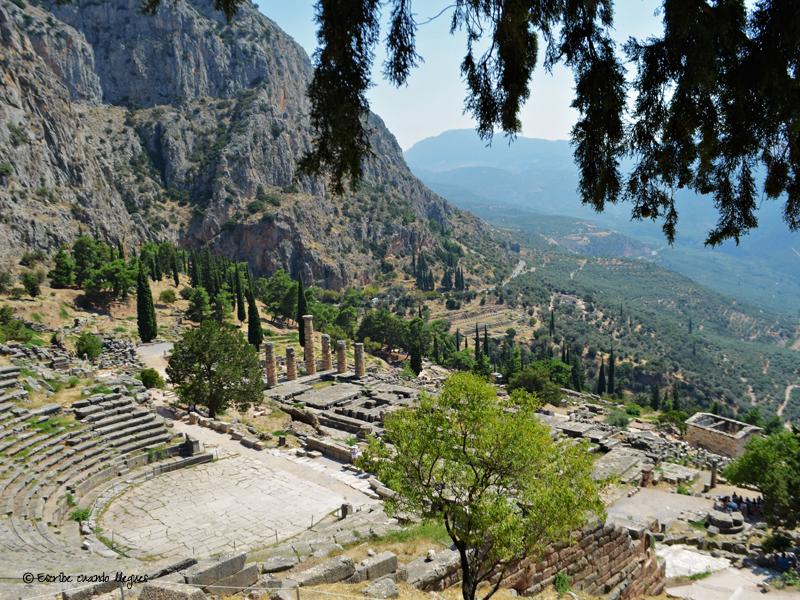 Vistas desde lo alto del yacimiento arqueológico de Delfos del teatro y del santuario de Apolo