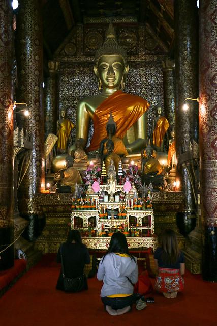 People praying to Buddha in Wat Xieng Thong, Luang Prabang, laos ルアンパバーン、ワット・シェントーンでお祈りをする人々
