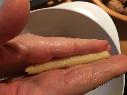 Zwischen den Fingern rollen