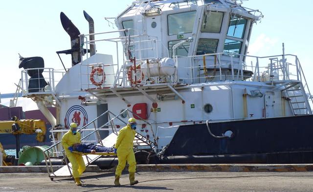 毒災搶救班兩名人員穿著C級防護衣進入事故區搶救身體不適的船員