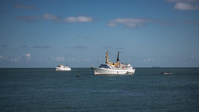 MS Funny Girl und MS Atlantis der Reederei Eils auf Reede vor Helgoland
