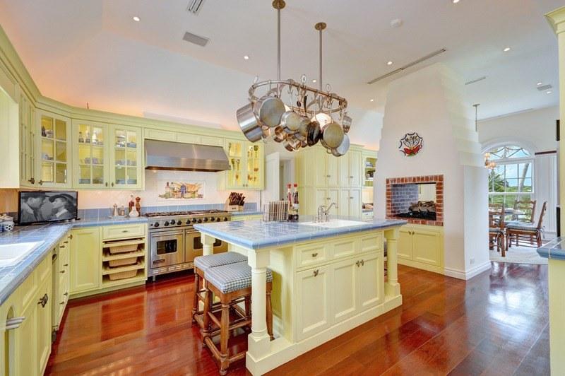 Фото | Печь на кухне современной виллы