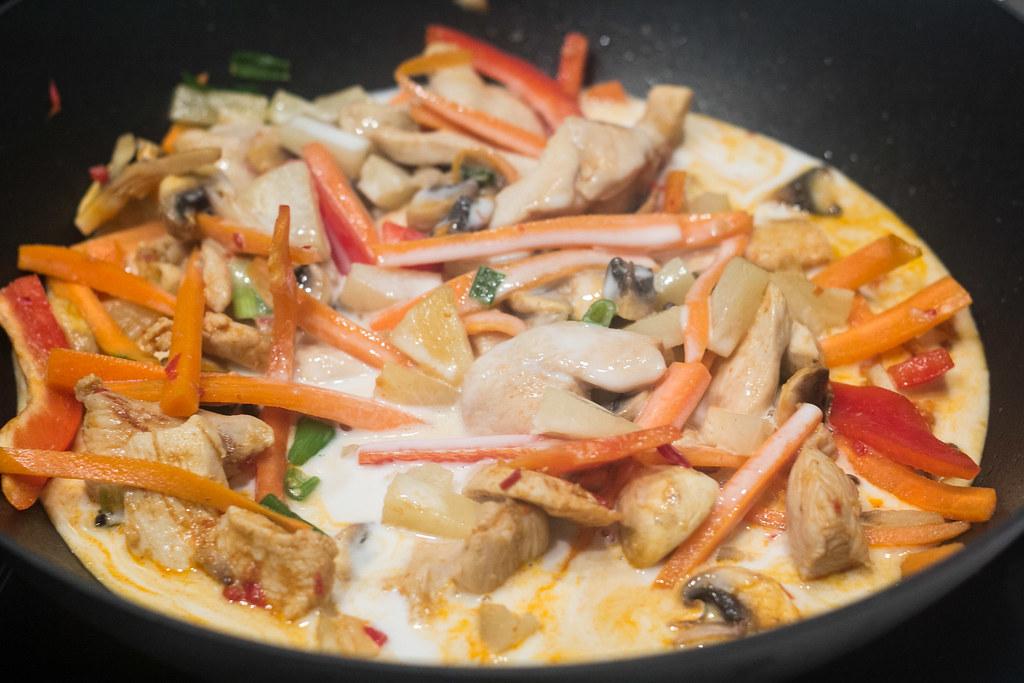 Wok med kylling, rød karry og nudler
