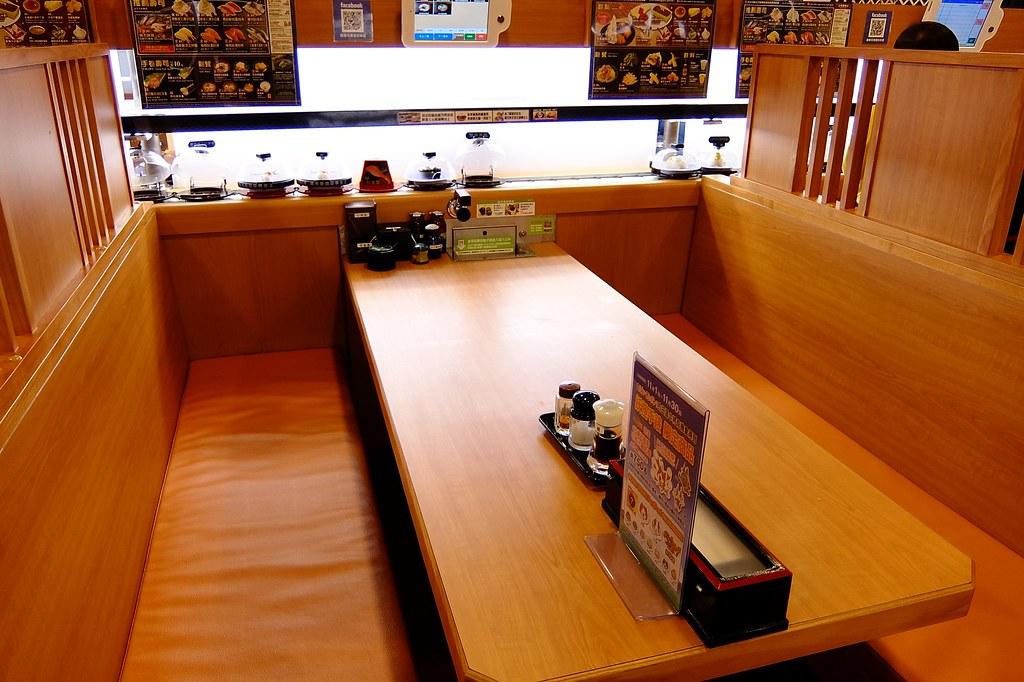座位,旁邊則是迴轉壽司餐檯