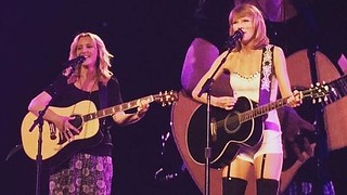 Lisa Kudrow(Phoebe) and Taylor Swift singing Smelly Cat