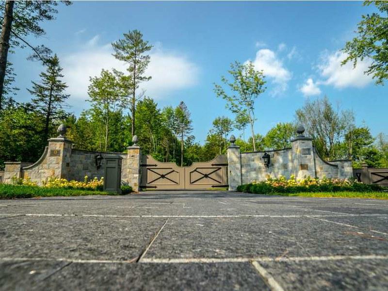 Каменный забор поместья в Квебеке, канада